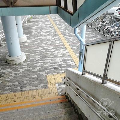 階段を下りて右にUターンします。
