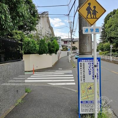 左に曲がります。