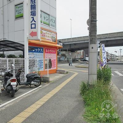 深井駅前北交差点を左へ進みます。