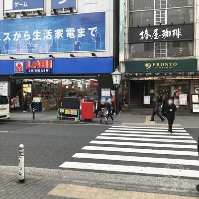 横断歩道をプロントと椿屋珈琲店のほうに渡ります。
