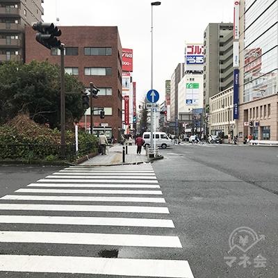大通りを横断歩道で三菱UFJ証券の方向に渡ってください。
