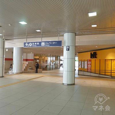 改札を抜けたら、駅ビル内を直進します。