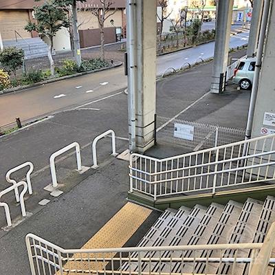左方向への階段を進み、地上へ下りたら右折します。