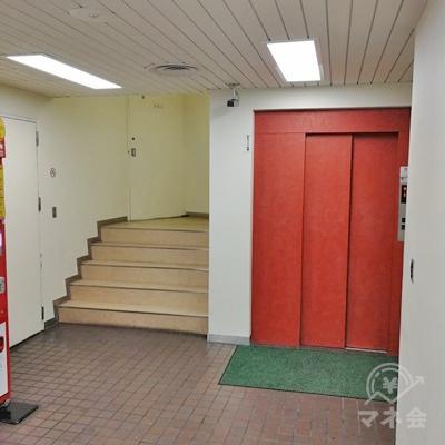 中に入ると左側に階段があり、右側にエレベーターがあります。2Fへ上がりましょう。