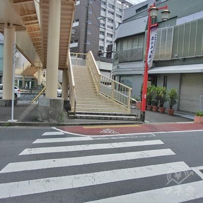 真っすぐ進むと横断歩道があるので渡り、階段の脇を進みます。