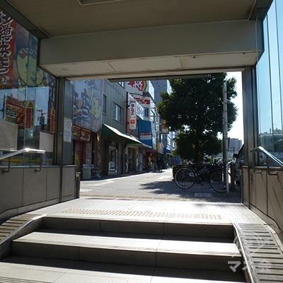 地上に出ると歩道があります。左にUターンします。
