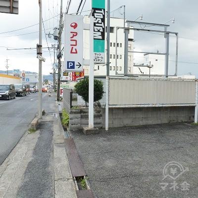 県道沿いの看板です。右に入ると店舗の建物があります。