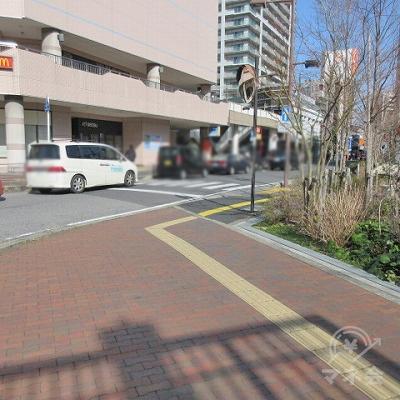 黄色の点字タイルに沿ってコーナーを右に曲がります。この時、横断歩道は渡りません。