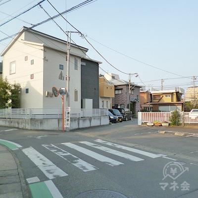 左カーブの途中に、右前方へ延びる細い路地があります。