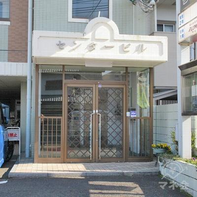 建物右側に入口があります。