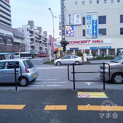 改札を出て左に曲がり10メートル歩きます。