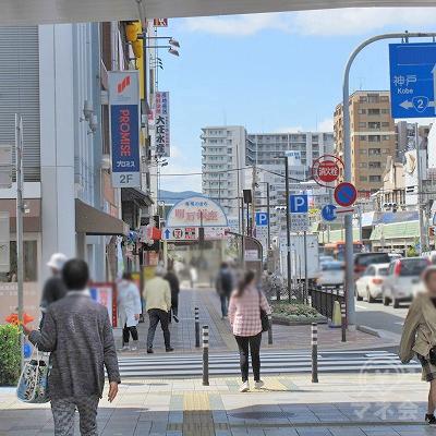三井住友信託銀行側を左手に進むと、プロミスの看板が確認できます。