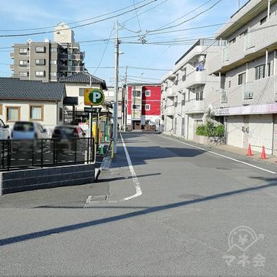 駅から直進します。パーキングエリアの右の道を歩きましょう。