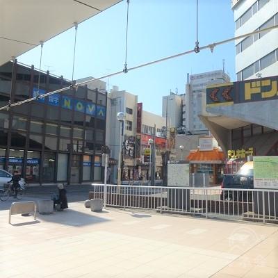 駅前、ドン・キホーテの角を右折します。