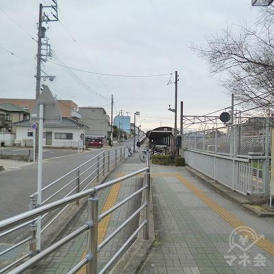 駅を出たら、目の前の道を線路沿いに150mほど進みます。