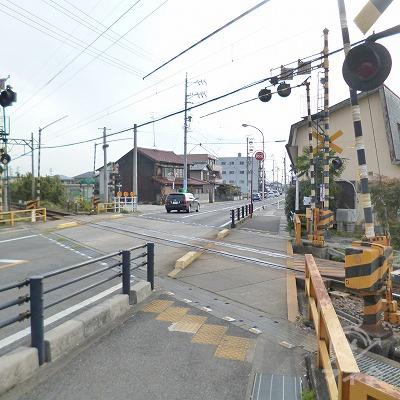 駅を出たらすぐに右折し、踏切を渡って直進します。