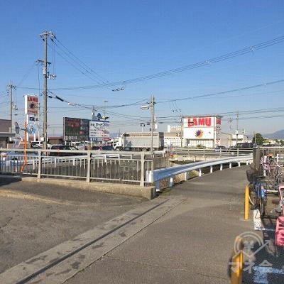 やや左に見える橋は渡らず、国道24号線方向へ進みます。
