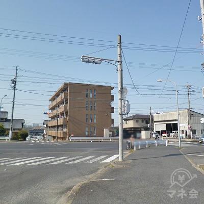 ロータリーの先にある交差点を右折してください。