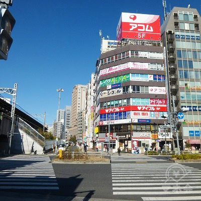 駅前横断歩道を渡ります。正面が目的地です。