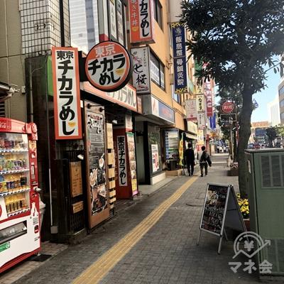 東京チカラめしの看板を目指し、進みます。
