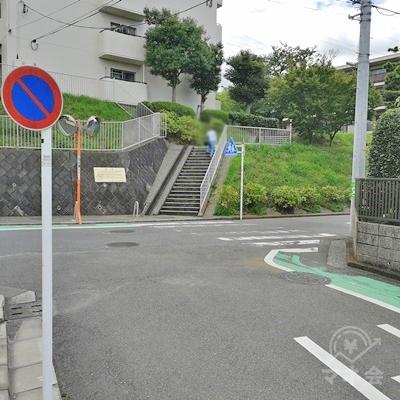 止まれの標識が見えたら、右に曲がりましょう。
