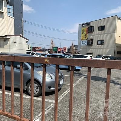 右手に駐車場があり、向こう側にレイクやアイフルの看板が見えます。