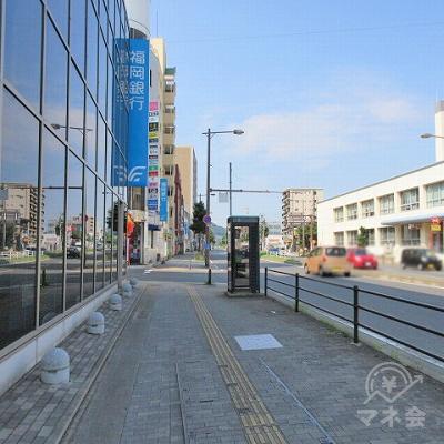 交差点横断後、福岡銀行を左手に進みます。