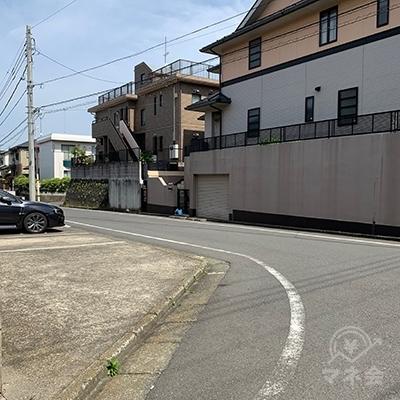 400メートルほど直進したら道なりに左へ曲がります。