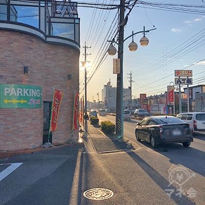 大通り沿いを100mほど進みます。