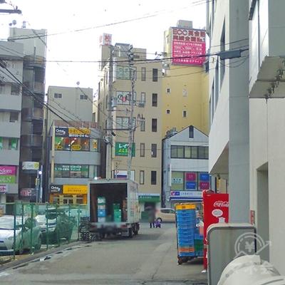 正面にプロミスの看板がある建物が見えます。