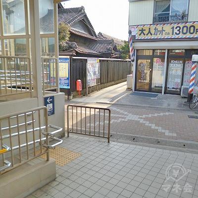 駅の外に出たら、目の前の道を左折してください。