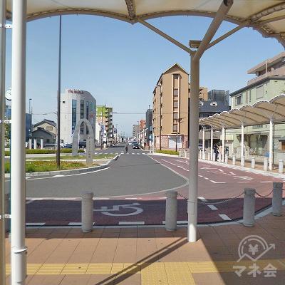 駅前の通りを真っすぐ西進します。