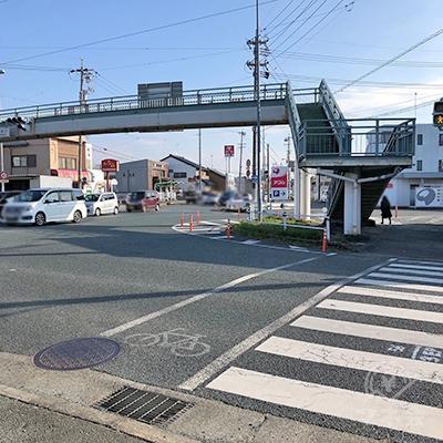 413の交差点を右折し、横断歩道を渡ります。