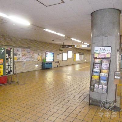 改札を抜けたら、駅構内を直進します。