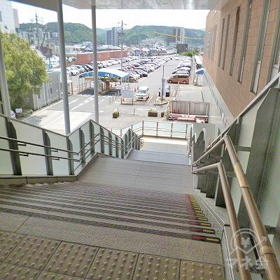 階段で地上へ下りてください。