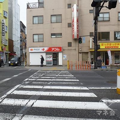 交差点の横断歩道を直進し、国道26号の反対側に渡ります。
