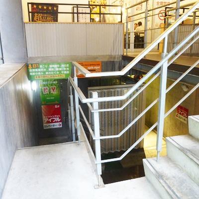 エレベーターが地下にありますので、地下に進む階段を下ります。