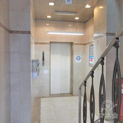建物内に入り、正面にエレベーターがあります。