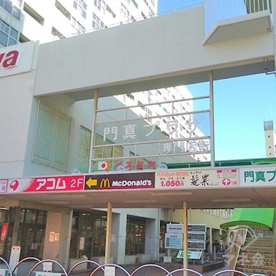 正面の門真プラザ専門店街を、そのまま直進し階段を使います。