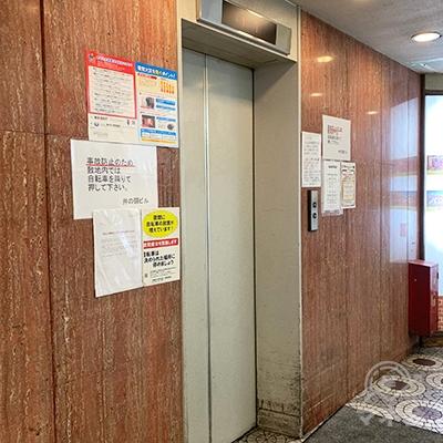 エレベーターで2Fヘ上がりましょう。