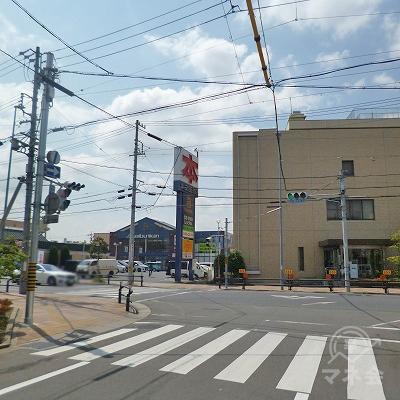 突き当たりの信号機がある交差点を左折してください。
