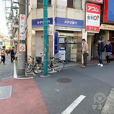 みずほ銀行が見えたら右に曲がります。
