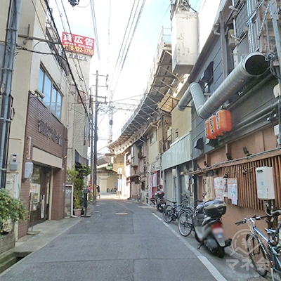 しばらく進むと阪神の高架に沿って道が左に曲ります。