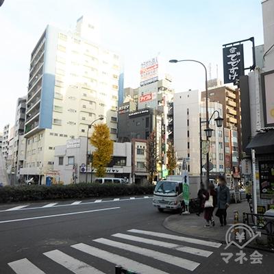 駒沢通りに突き当りますと、右手にアイフルの看板が見えます。