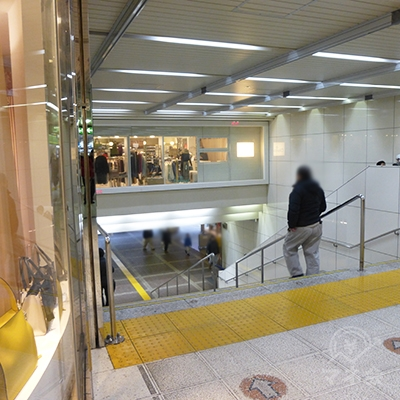 突き当り左手の東口への階段を降ります。