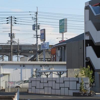 交差点手前から右斜め方向にレイクの看板が確認できます。