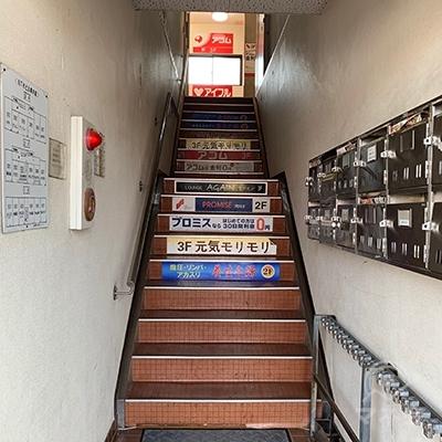 プロミスは2Fです。階段で2Fへ上がりましょう。