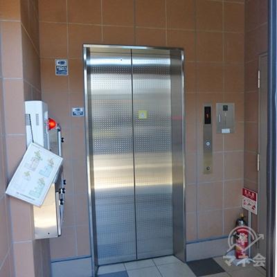 アイフルは3階です。エレベーターで3階にどうぞ。