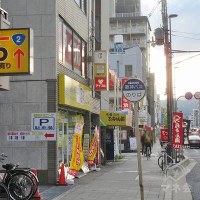 バス停付近で、先のアイフル文字がある建物が確認できます。