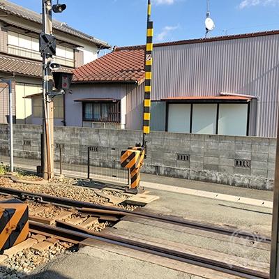 線路を渡って左折します。
